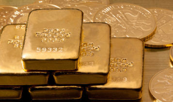Gold prices make slight changes on strong dollar gains