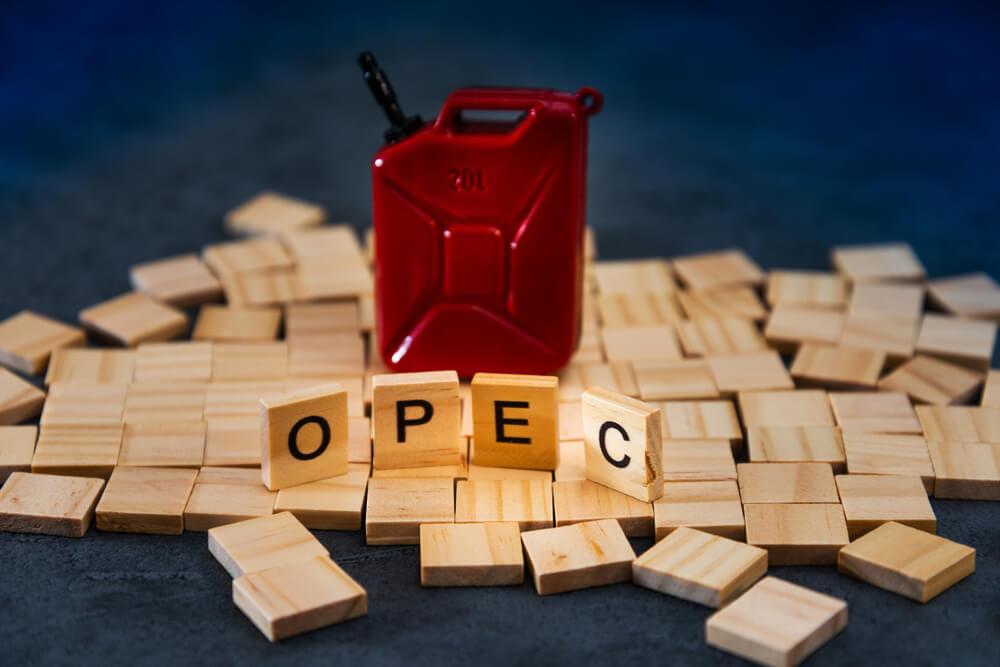 galao de gasolina vermelho e letras opec