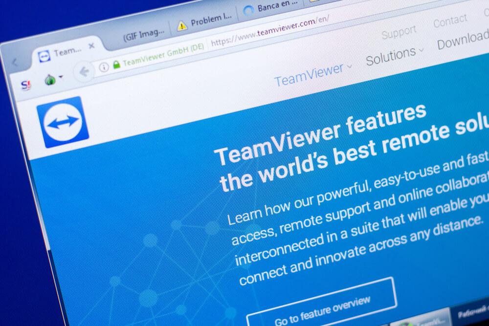 German: Homepage of TeamViewer website on the display of PC