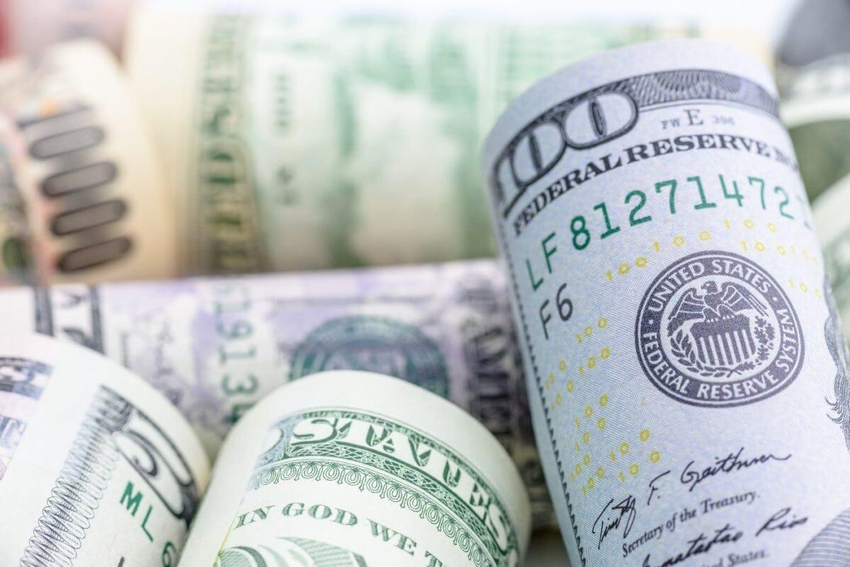 notas de dolar enroladas