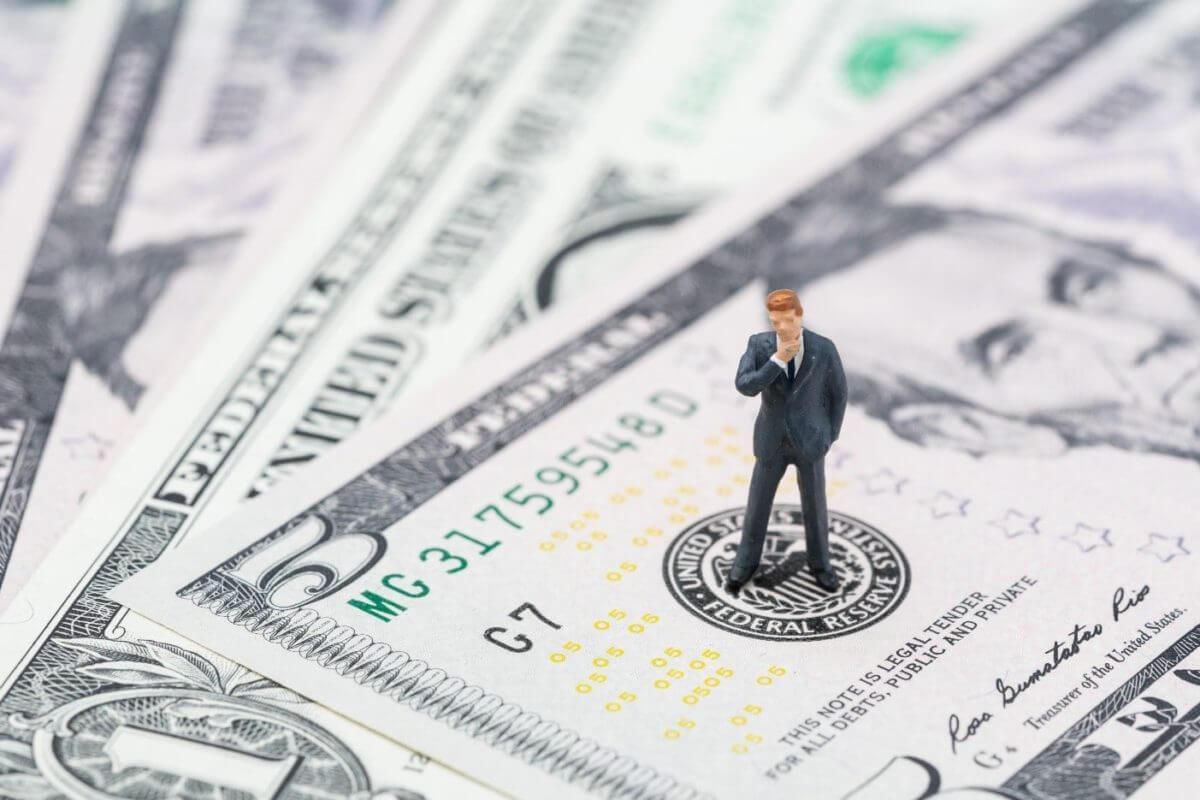 dollar, Dólar cai enquanto Fed ameniza temores de inflação