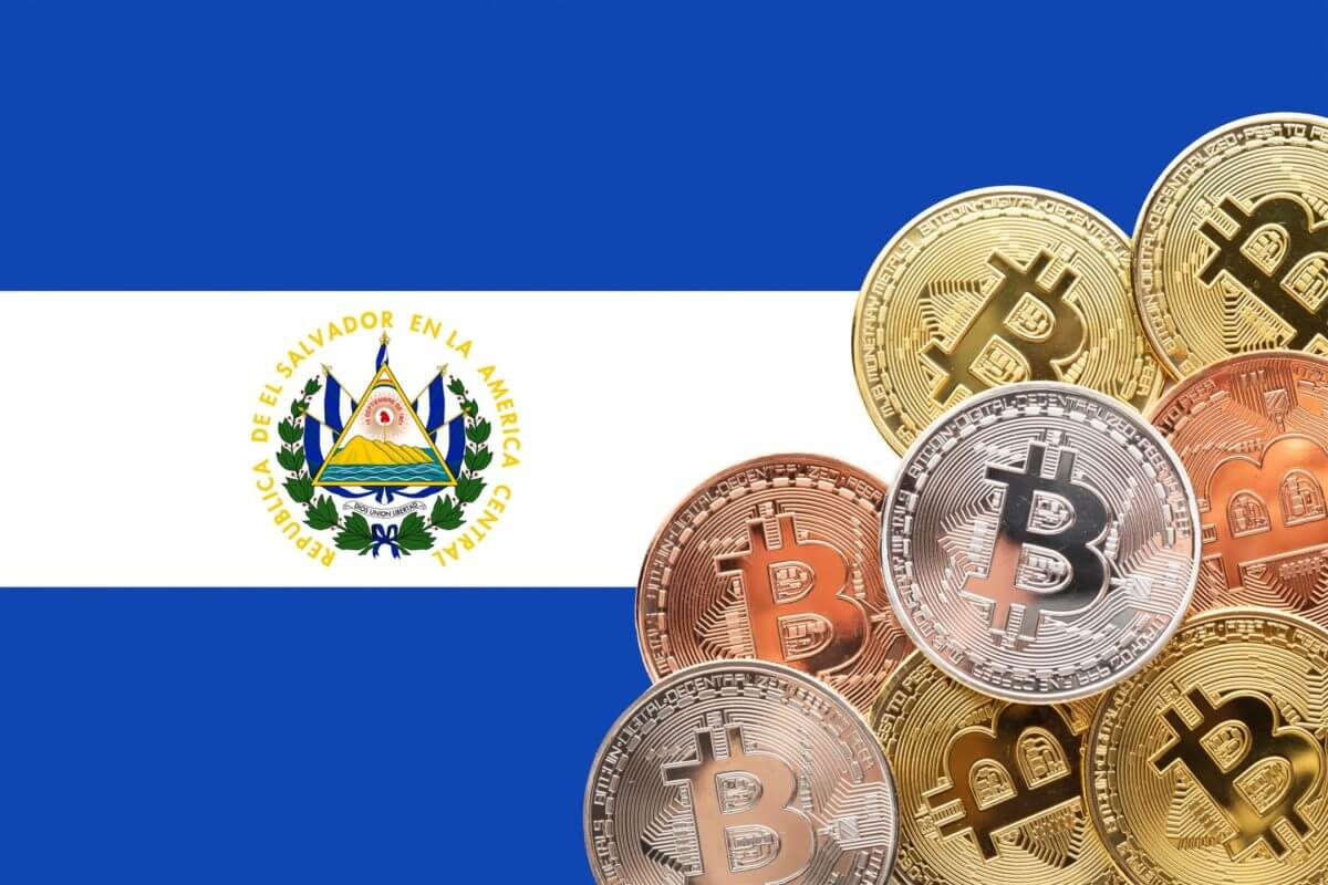bandeira El Salvador com moedas de bitcoin