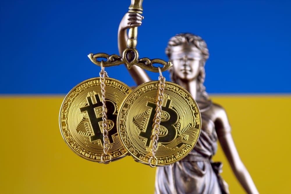 imagem segurando duas moedas de bitcoin