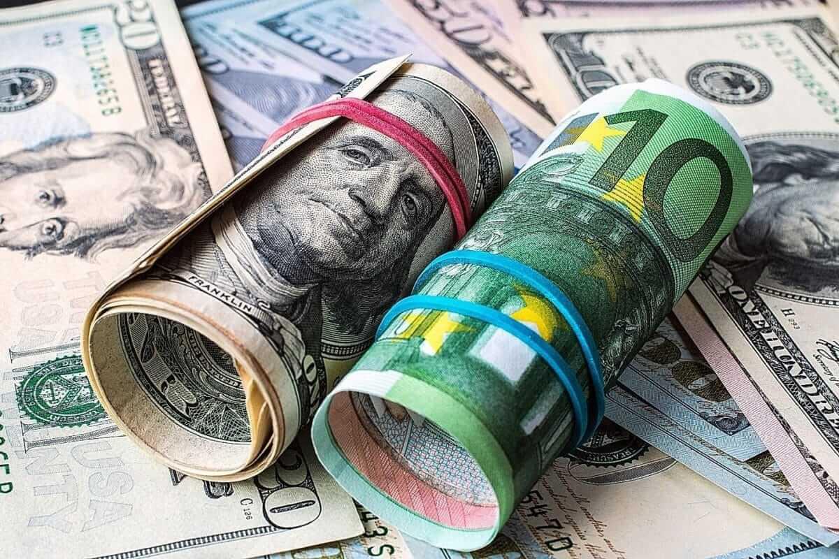 nota de euro e dolar enroladas